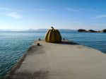 "直島の有名な彫刻、""カボチャ""。The famous pumpkin sculpture of Naoshima, ""The Art Island""."
